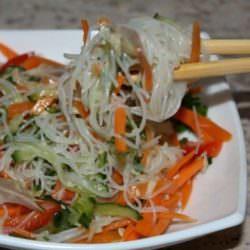 Диетическое блюдо: рисовая лапша с огурцами