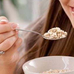 Почему так быстро наступает голод после утренней каши? И что есть во время перекуса?