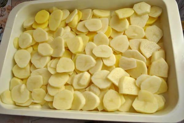 укладываем картошку в противень